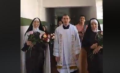 Santa Terezinha entregando rosas aos doentes dos Hospitais de nossa cidade